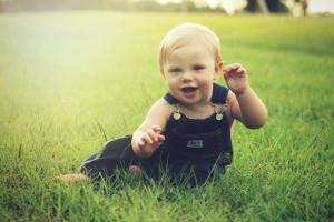 Dziecko na trawie