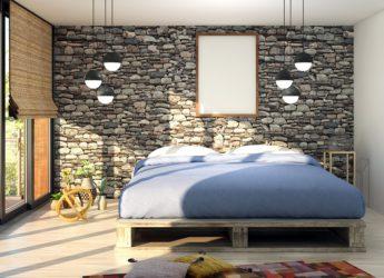 łóżko z palet ustawione w salonie