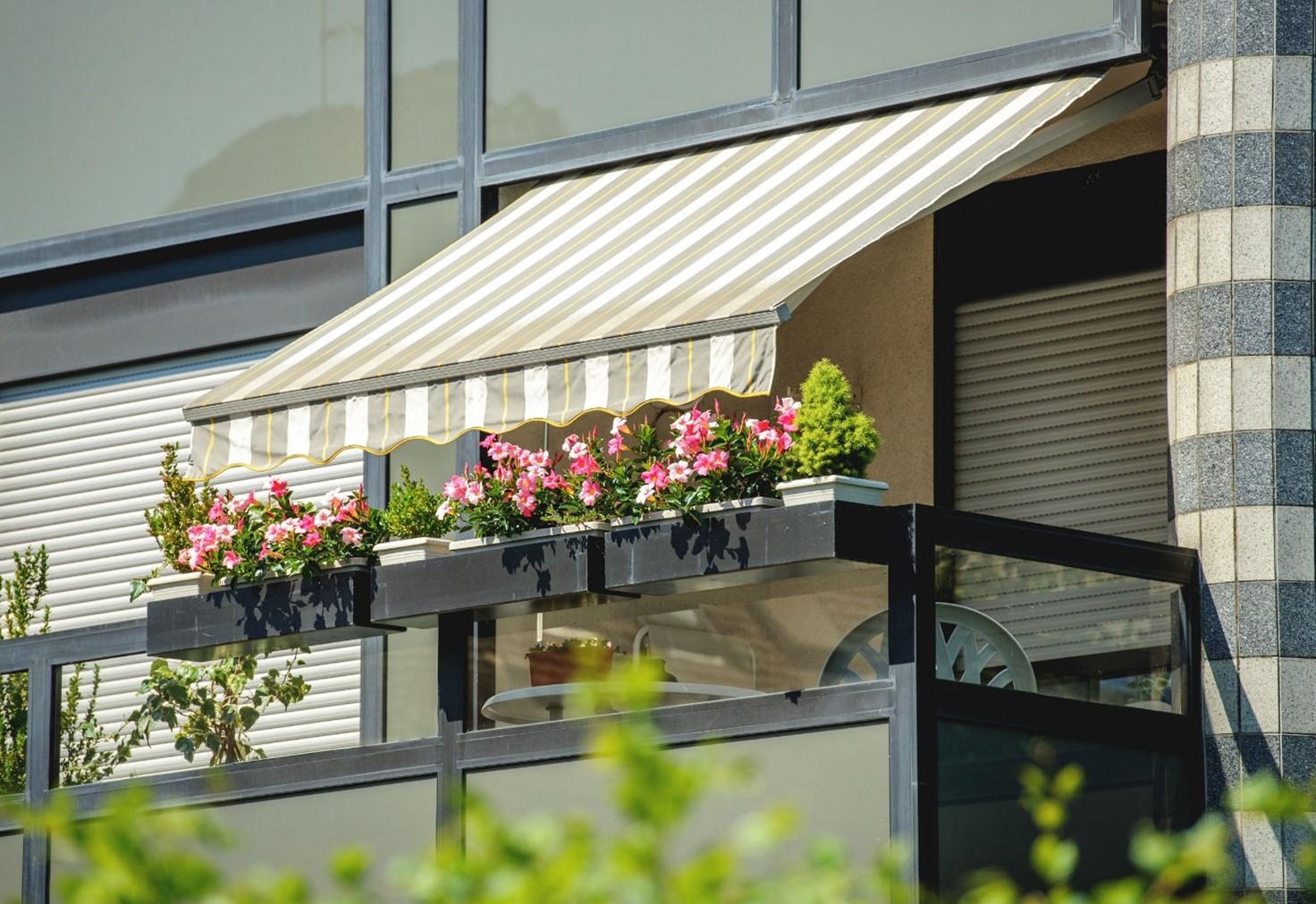 Markiza przeciwsłoneczna nad niewielkim balkonem