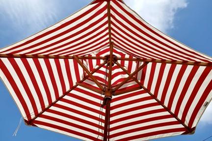 Parasol przeciwsłoneczny w biało-czerwone paski